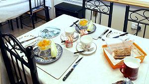 Le petit déjeuner est servi avec des fruits frais, des yaourts et des céréales