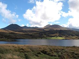 Lough Acoose & the MacGillyCuddy's Reeks avec les montagnes Carrauntoohill, Caher and Beenkeragh